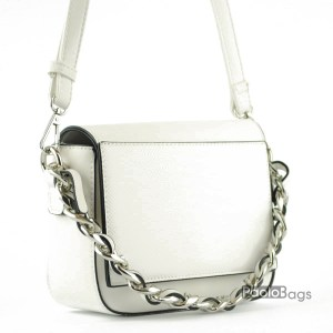 Бяла дамска чанта за през рамо с ефектен метален синджир къса дръжка за носене в ръка