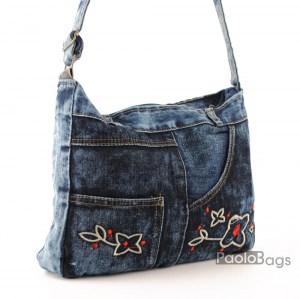 Дънкова дамска чанта за през рамо евтина лека и практична с извезани цветя среден размер
