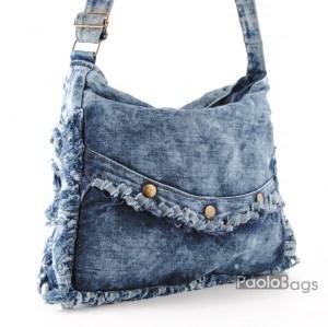 Дънкова дамска чанта за през рамо евтина лека и практична с декоративни копчета среден размер