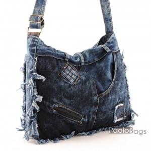 Дънкова дамска чанта за през рамо евтина лека и практична с приятни декоративни нашивки среден размер