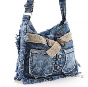 Дънкова дамска чанта за през рамо евтина лека и практична с две джобчета и коланче среден размер